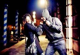 woman-robber-struggle